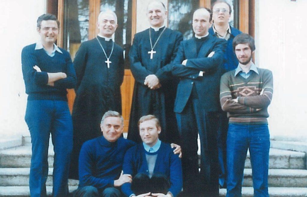 Don Gino Bassan seduto accanto a don Dino Manfrin. In piedi al centro il vescovo Onisto, alla sua destra mons. Maverna, Fernando Cerchiato; alla sinistra del Vescovo don Giuseppe Dal Ferro, Tino Turco e Renzo Padovan
