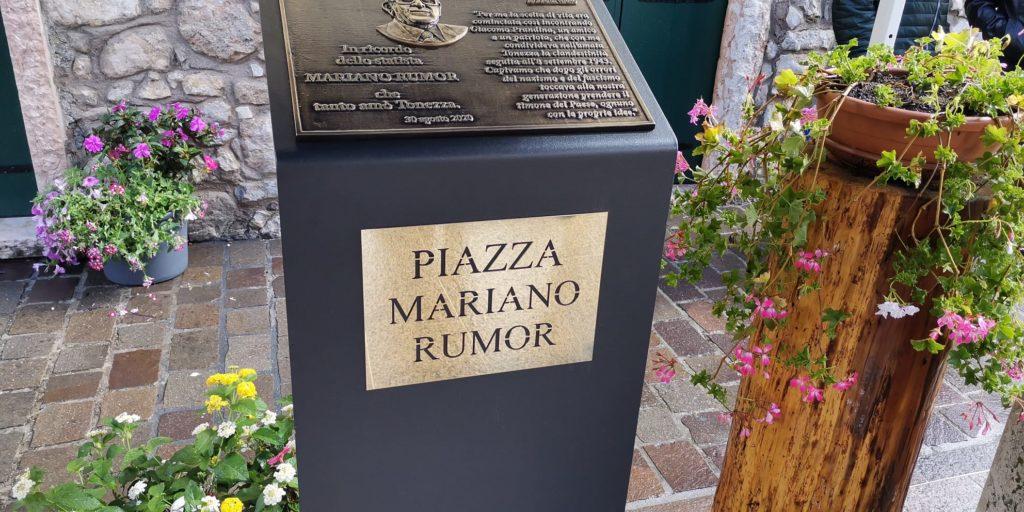 Il cippo disposto nella piazza di Tonezza